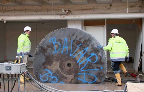 Einsetzen des großen Sägeblattes -  Durchmesser 2,50M