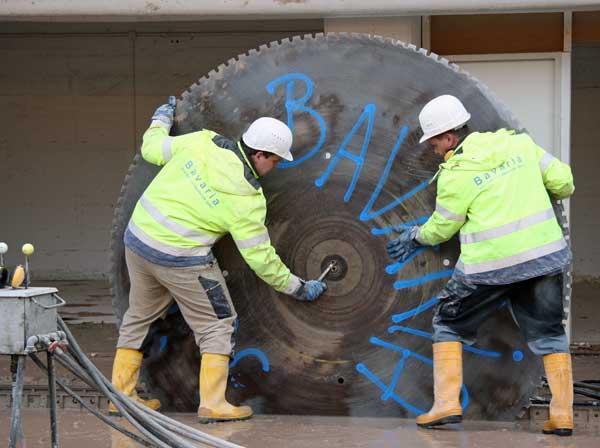 Montieren des großen Sägeblattes - Durchmesser 2,50M